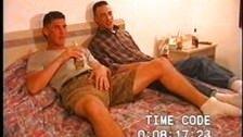 Doi prieteni gay se fut dupa ce beau bere
