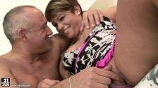 Un tip in varsta satisface o femeie cu par scurt